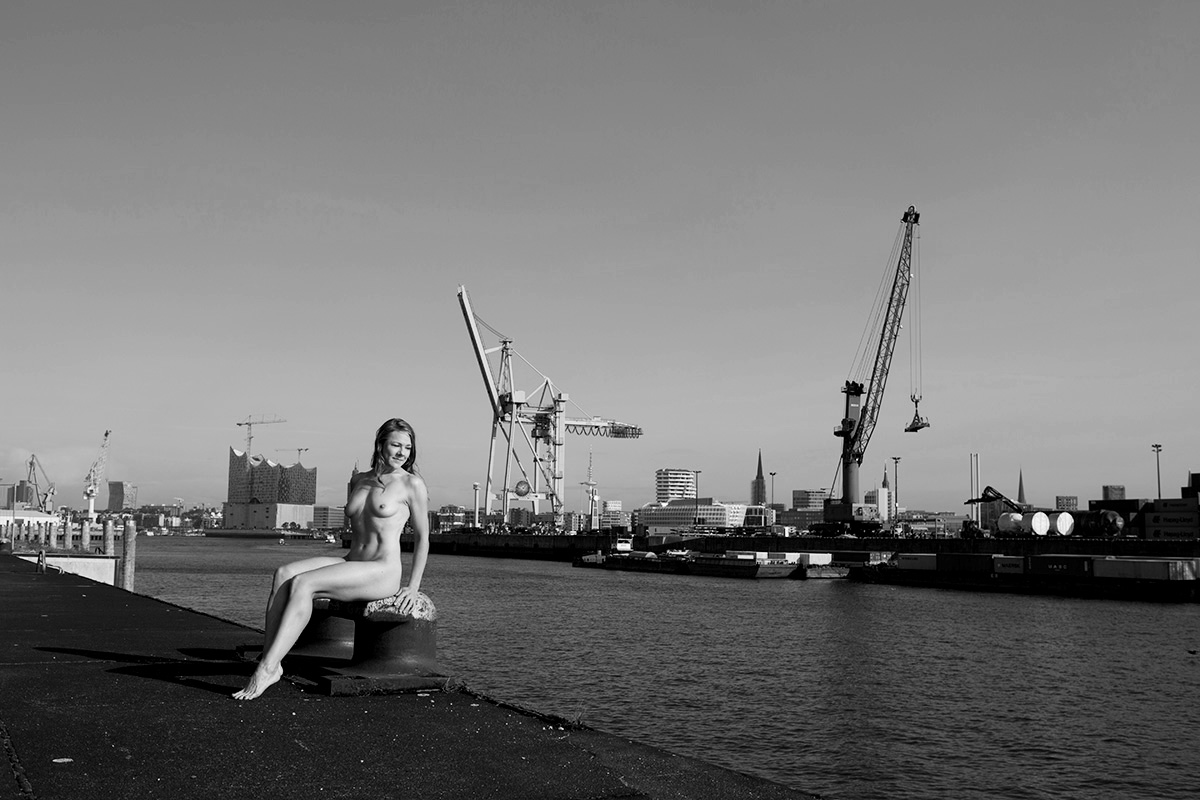 Aktfotografie Hamburg, Akt Fotografin, Aktfotos Frau, Aktfotografie Frau, sinnliche Aktfotos, natürliche Aktfotos, Frautografie, Aktfotografie Hamburg Hafen, Aktfotografie schwarzweiß, Aktfotografie outdoor