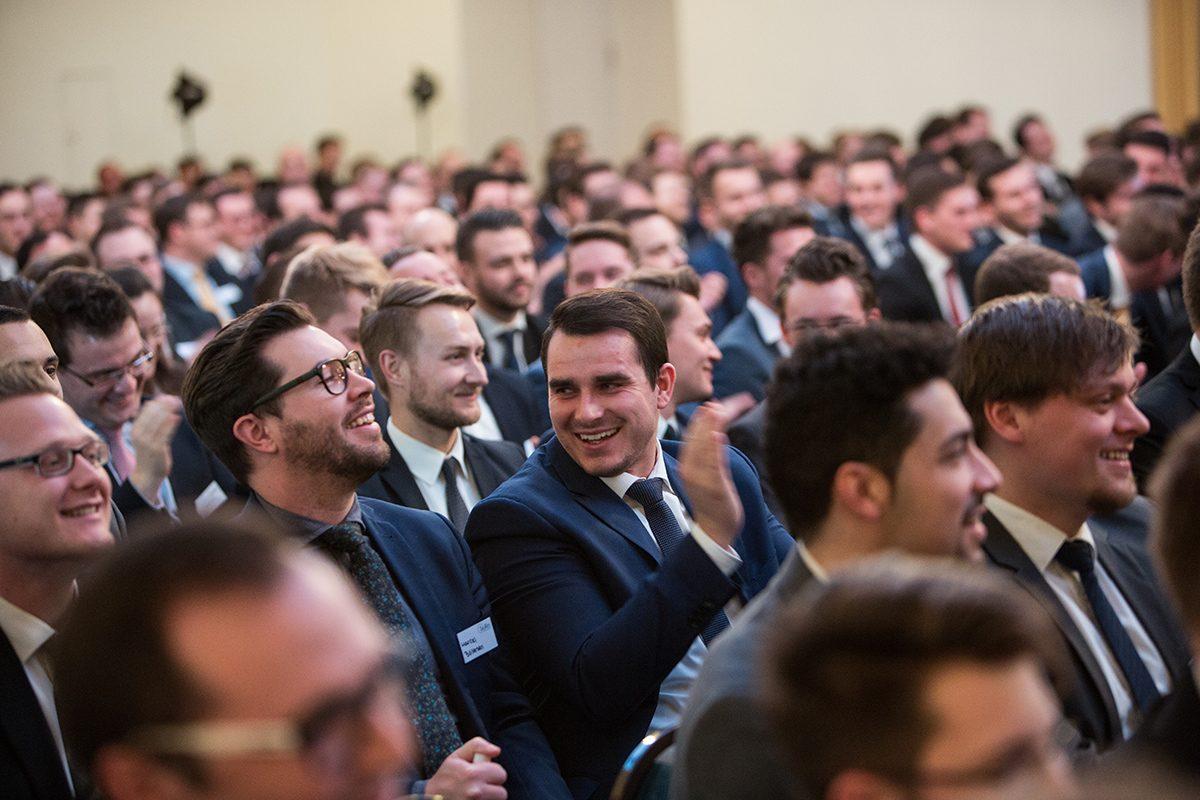 Maklerkongress, Veranstaltungsfotografie, Messefotografie, Eventfotos, Eventfotografie in Hamburg, Tagungsfotos, Firmenfotografie, Messefotos, Rednerportrait, lachendes Publikum